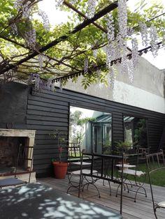 Pour un petit déjeuner, une pause café ou bien tout simplement se reposer, laissez vous bercer par le chant des oiseaux à La Maison Douce.