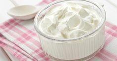 Necesitamos   1 litro de yogur natural U na cucharadita de sal U n paño limpio ( o un colador con gasas)   Preparamos   1. Ponemos en ...