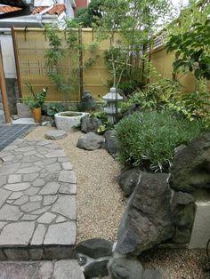 アンティーク水鉢でメダカを愛でる Stone Path, Bamboo Fence, Patio, Zen Gardens, Japanese Gardens, Garden Design, New Homes, Landscape, Contemporary Gardens