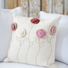 Fromhttp://www.thelittlemarket.com/product/little-flower-pillow-case/! #almofada #decoração #sofa #casalinda #cushion #pillow #case #sala #artesanato #flor #feltro #felt #vilt