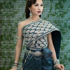 Cambodia traditional dress Cambodian Wedding Dress, Thai Wedding Dress, Khmer Wedding, Laos Wedding, Wedding Dresses, Thai Traditional Dress, Traditional Fashion, Traditional Outfits, India Fashion
