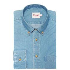 La chemise casual denim Hast en coton à la coupe semi-ajustée a été dessinée pour un style décontracté, chic et branché !- 100% coton en denim provenant d'Italie- Tissu uni couleur bleu clair prélavé- Coupe semi-ajustée - Col à pointes boutonnées- Manches longues avec poignets boutonnés- Empiècement dos et pli rond pour plus d'aisance- Coutures anglaise- Hirondelles de renfort- Boutons japonnais façon corne cousus en croix- Poche poitrine plaquée- Gorge américaine.