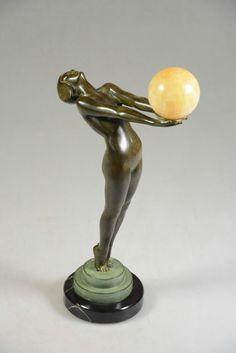 """Statue Art Déco Le Verrier """"Femme à la boule"""" (Ht 34cm)."""