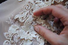 Cada traje de novia que realizamos en el taller de #MaribelUrbano es pura artesanía. Todo nuestro trabajo lo realizamos de manera artesanal como este tul de seda una prenda muy delicada que hay que saber mimar con la aguja para que quede perfecto. Pide cita en nuestro taller sin compromiso en el 34 696 37 26 38. #welovegrx #hautecouture Each bridal gown we make  at Maribel Urbanoatelier is pure craftwork. All our work is done in an artisanal way like this tulle and silk guipure lace a very…