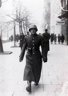 A Polish infantry officer. Warsaw Pact, Army & Navy, Coat Of Arms, Armed Forces, World War Two, Troops, Ww2, Poland, Riding Helmets