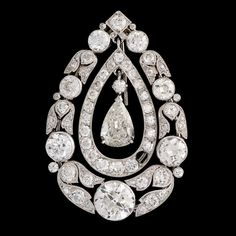 An Edwardian diamond and platinum pendant brooch.