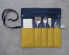 Great idea to keep in order kitchen utensils Diy Cutlery Pouches, Cutlery Holder, Cutlery Set, Couture Main, Baby Couture, Couture Sewing, Diy Vegetable Bags, Easy Sewing Projects, Sewing Crafts