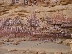 Cueva donde se aisla al varón circunsidado del resto de la aldea, hasta que la herida se ha curado como parte de su ritual.  Se observan dibujos de la máscara Kanaga.