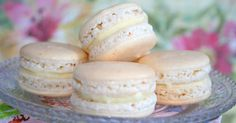 Uma das receitas mais pesquisadas para festas de casamento, esse doce é sensacional e não é difícil de ser feito. Experimente. Macarons de Coco Simples.