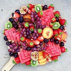 New fruit platter display wedding catering Ideas Party Platters, Party Trays, Cheese Fruit Platters, Cheese Trays, Fruit Plate, Food Presentation, Appetizer Recipes, Fruit Appetizers, Tapas