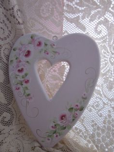 Shabby little wooden heart. I should try this! Not sure I can paint that well