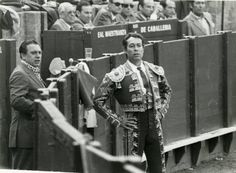 Curro Romero, con su inseparable mozo de espadas, Gonzalito, en la Maestranza. Concert, Hobbies, Culture, Old Photography, Animales, Fotografia, Boards, Concerts