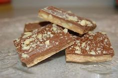 Easy Homemade Almond Roca - I love Almond Roca! I found this copycat recipe and it tastes exactly like the real thing. Brownie Desserts, Oreo Dessert, Mini Desserts, Coconut Dessert, Just Desserts, Delicious Desserts, Yummy Food, Dessert Food, Homemade Almond Roca Recipe