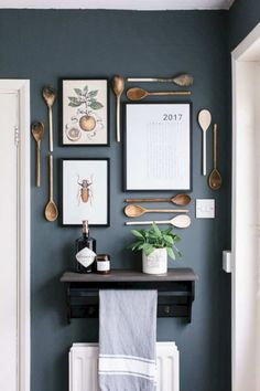 Now you left wondering how to deal with kitchen wall decor, right? Honestly, there are endless things you can do to your kitchen wall. Home Decor Kitchen, Interior Design Kitchen, Kitchen Sink, Kitchen Art, Kitchen Storage, Modern Kitchen Wall Decor, Kitchen Gallery Wall, Kitchen Cabinets, Kitchen Worktop