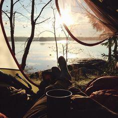 Il fait du camping. Il se repose dans les bois à côté de la mer.