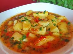 Tocanita de cartofi, kg of potatoes an onion a carrot a pepper a teaspoon of sweet pepper 2 tablespoons tomato paste a spoonful (optional) a parsley connection oil, salt and pepper Veg Dinner Recipes, Vegetable Recipes, Soup Recipes, Great Recipes, Cooking Recipes, Best Roast Potatoes, Romanian Food, Romanian Recipes, European Dishes