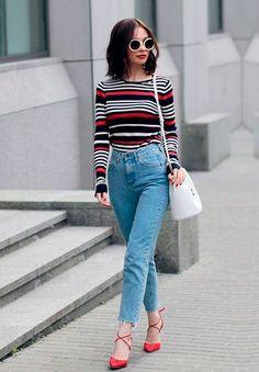 O jeans de cintura alta veio pra ficar e um bom jeans muda todo o look! Aqui ele vem combinado com blusa listrada e salto alto.