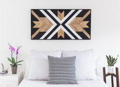 tableau décoratif DIY en noir, blanc et bois dans le salon avec canapé blanc et coussins en noir et blanc