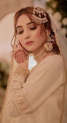 Bridal Mehndi Dresses, Pakistani Bridal Makeup, Asian Bridal Dresses, Nikkah Dress, Pakistani Wedding Outfits, Wedding Dresses For Girls, Bridal Outfits, Beautiful Pakistani Dresses, Fancy Dress Design