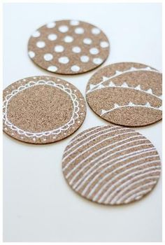 DIY cute custom coasters: cork coasters and paint pen The Coasters, Custom Coasters, Felt Coasters, Kids Crafts, Crafts To Make, Home Crafts, Coaster Crafts, Blog Deco, Diy Painting