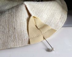 Free pattern to make and sew an easy cosmetics bag. Diy Bags Tutorial, Coin Purse Tutorial, Zipper Pouch Tutorial, Handbag Patterns, Bag Patterns To Sew, Sewing Patterns, Sewing Hacks, Sewing Tutorials, Bag Tutorials