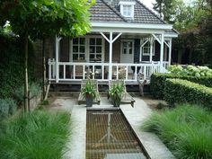 Ook mag een vijver niet ontbreken in deze klassieke tuin!
