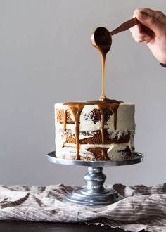 Sticky Toffee Pudding Cake — Style Sweet One of our all-time favorite desserts turned into a cake? Pudding Au Caramel, Sticky Toffee Pudding Cake, Sticky Toffee Cupcakes, Toffee Cake Recipe, Caramel Drip Cake, Salted Caramel Cupcakes, Dessert Party, Dessert Ideas, Drippy Cakes
