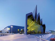 Музей транспорта Риверсайд, Глазго. 36-метровый фасад из стекла, в котором отражается река Клайд, венчает зубчатая крыша. Несмотря на то, что строительство из-за кризиса затянулось на семь лет, оно того стоило. Этот музей в 2013 году назван лучшим в Европе.