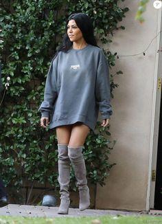 Kourtney Kardashian - La famille Kardashian en pleine tournage de leur émission de télé réalité à Woodland Hills, le 30 novembre 2015