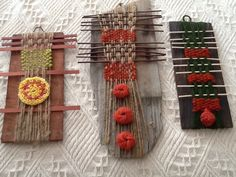 Tejido sobre trozos de tejas de alerce . María Cristina Marezco Paper Weaving, Weaving Art, Weaving Patterns, Tapestry Weaving, Loom Weaving, Yarn Crafts, Diy And Crafts, Arts And Crafts, Textile Jewelry