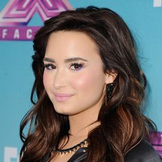 bright eyes and neutral lips -  so cute Demi!
