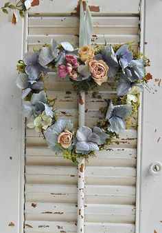 Ein Herz aus wunderschönen Blumen...eine sehr liebevolle Dekoration, die  nicht nur Shabby Fans erfreut!