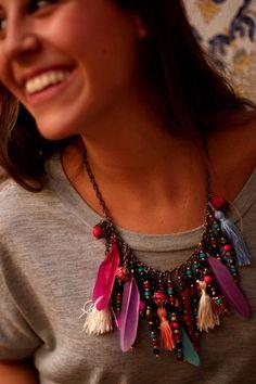 Street Style, colar de penas e miçangas, uma releitura de adereços indígenas.