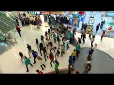 Flashmob of British Army musicians surprises Christmas shoppers in Gateshead's Metrocentre - YouTube