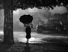 black and white umbrella preto e branco chuva fellini Rain Photography, Vintage Photography, Beauty Photography, White Photography, Joan Crawford, Akira, Pink Floyd, Fellini Films, Sunset Boulevard