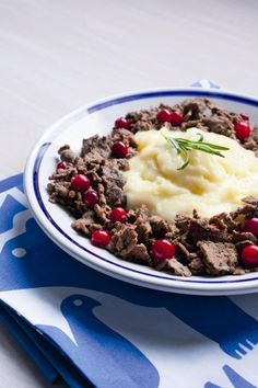 Did you know that reindeer is a delicacy in Scandinavian countries? Food N, Good Food, Food And Drink, Yummy Food, Finnish Cuisine, Finland Food, Finnish Recipes, Just Eat It, Tasty