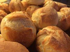 Lækre sprøde durumboller til frokosten. 50 g. Gær 1 l. Vand lunken 1 1/2 spsk. groft salt ca. 1 1/2 kg. Italiensk pizzamel Opløs gæren i vandet og kom mel og salt i. Ælt til dejen er smidig ca. 10 minutter. Stil til hævning i min. 30 minutter med et fugtigt viskestykke over. Form bøllerne…