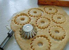 Быстрое песочное тесто-needs translation, but I like the method of cutting. Sugar Cookies Recipe, Yummy Cookies, Cake Cookies, Cupcakes, Russian Desserts, Russian Recipes, Pie Recipes, Cookie Recipes, Dessert Recipes