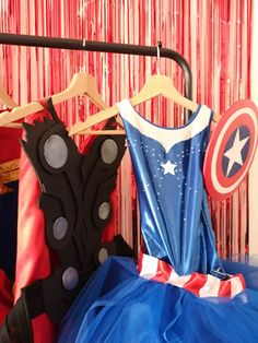 Organiser un anniversaire Marvel - SabrinaBerrich Captain Marvel, Costume Thor, Anniversaire Harry Potter, Lets Celebrate, Diy Organization, Kanken Backpack, Celebrities, Party, Celebrity