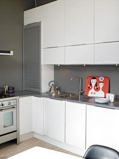 Kjøkkenet fra HTH er L-formet, med overskap på den ene veggen. Eierne valgte en rimelig benkeplate i laminat, og prioriterte heller en stor og ekslusiv gasskomfyr.