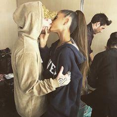 Ariana Grande aw my heart ♡ Mac Miller And Ariana Grande, Ariana Grande Mac, Ariana Grande Fotos, Ariana Grande Pictures, Ariana Geande, Ariana Tour, Bae, Selfies, Dangerous Woman