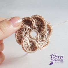 Отрезаем нить на расстоянии 15-20 см и вытягиваем хвостик из петли. Наш цветок готов