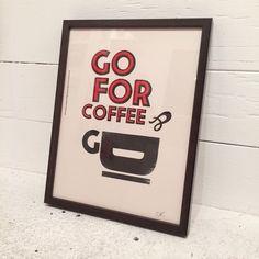 「コーヒーを飲みに出かけよう!」 仲間への楽しい招待状をイメージして作られたポスターです。 フレーム(ウッド、アクリルガラス)込み  *1枚1枚、ヴィンテージマシーンで印刷しているため、擦れ、多少のインク飛び、小さな汚れはご了承願います。  *エディションナンバー無し作品  [SIZE] 235 mm x 305 mm  [COLOR] ホワイト紙 × ブラック&レッドプリント  [原産国] ポスター:MADE in U.K. フレーム: MADE IN JAPAN