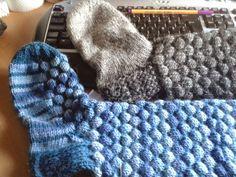 Nemiran nurkkaus: Kuplasukat ohje Knitting Socks, One Color, Colour, Merino Wool Blanket, Fingerless Gloves, Arm Warmers, Mittens, Knit Crochet, Upcycle