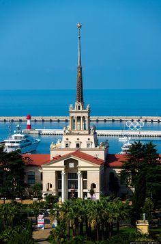 sochi-from-the-height-of-04. Кадр не мой. Вид сверху на здание Морского вокзала, акваторию Морского порта