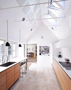 Med loft til kip kan rummet virke større. Det smukke rum er tænkt og tegnet af…
