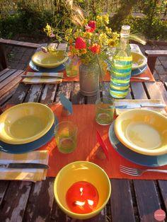 Una tavole colorata per cenare alle luci del tramonto