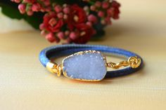 Sieh dir dieses Produkt an in meinem Etsy-Shop https://www.etsy.com/listing/222735563/druzy-gemstone-bracelet-in-denim-blue