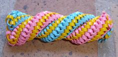 scoubidou à 12 brins (8x2) Lanyard Tutorial, Plastic Lace, Pam Pam, Diy And Crafts, Arts And Crafts, Paracord Knots, Rainbow Loom Bracelets, Brin, Girl Scouts