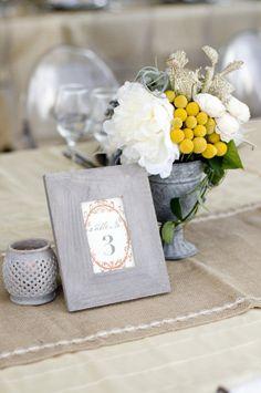 Decoracion de mesas para bodas en gris y amarillo - 25 ideas de numeros para mesas de bodas!